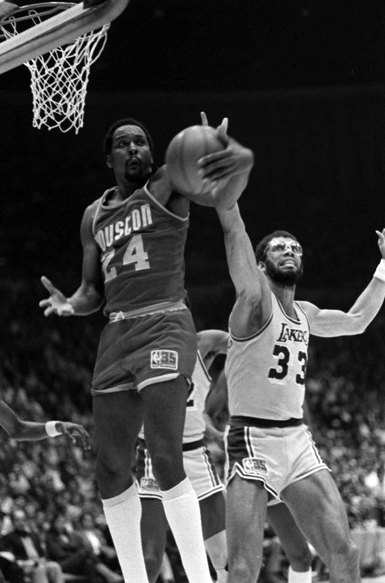 1981 Western quarterfinals: Houston Rockets defeat Los Angeles Lakers, 2-1