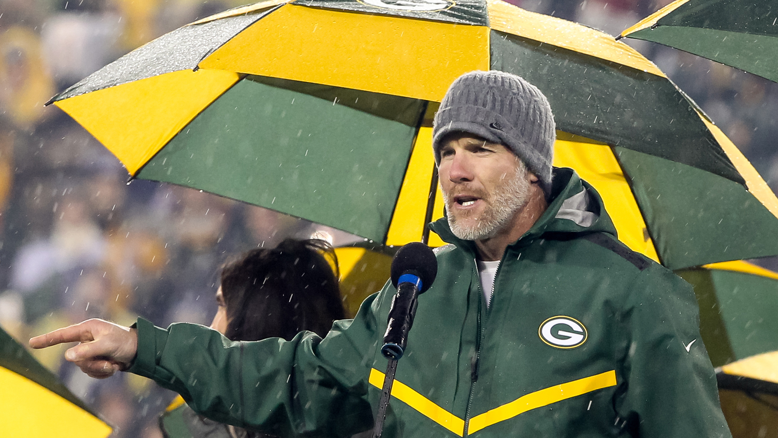 54e9d5ec7f7 Brett Favre's number officially retired at Lambeau on Thanksgiving