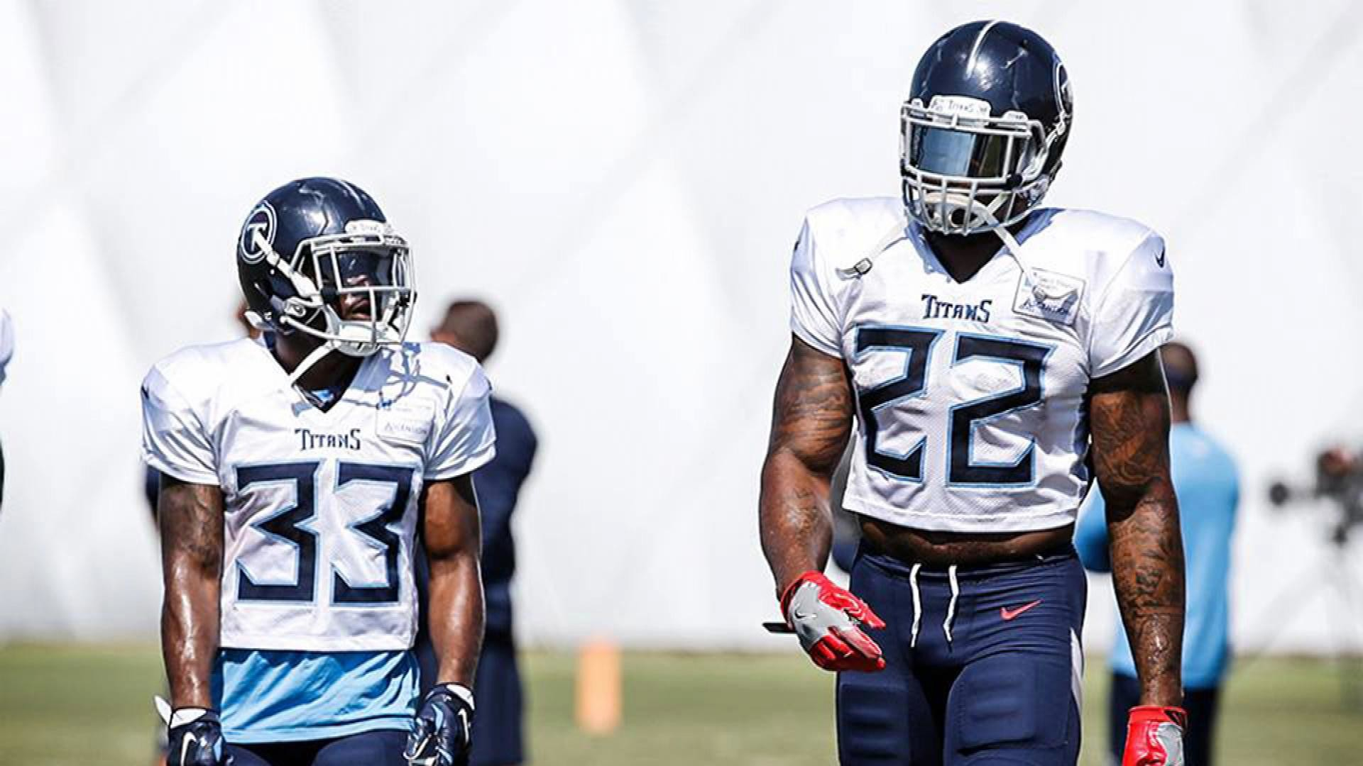 9e4c6ca1 Tennessee Titans' Derrick Henry towers over fellow running back Dion ...
