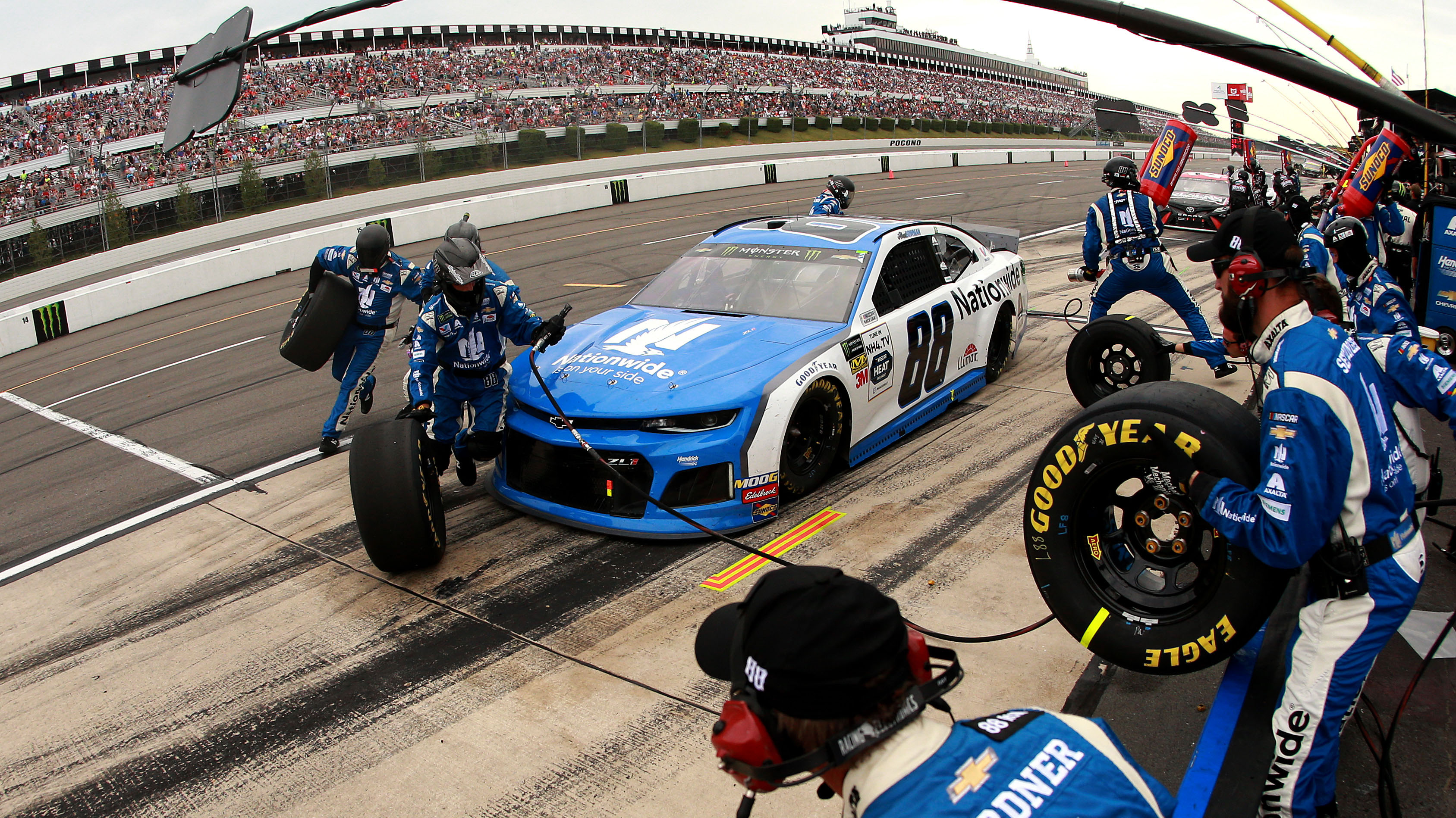 How NASCAR crew chiefs decide when to change tires during a