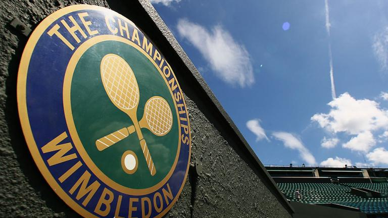 """<div align=""""center""""><font color=""""red"""">Who won the men's singles title in 2002, becoming the tournament's first wild card winner?</font></div>"""