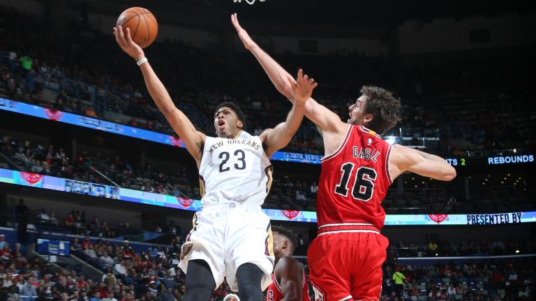Anthony Davis exits game with shoulder injury as Bulls rout Pelicans