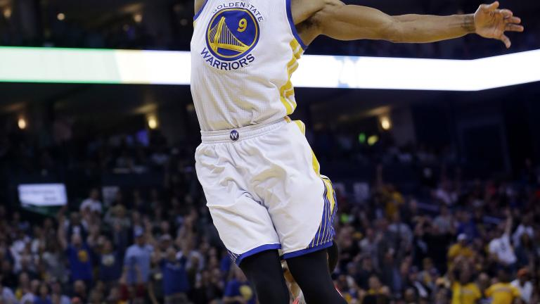Warriors blowout Hawks in matchup of NBA's top two teams