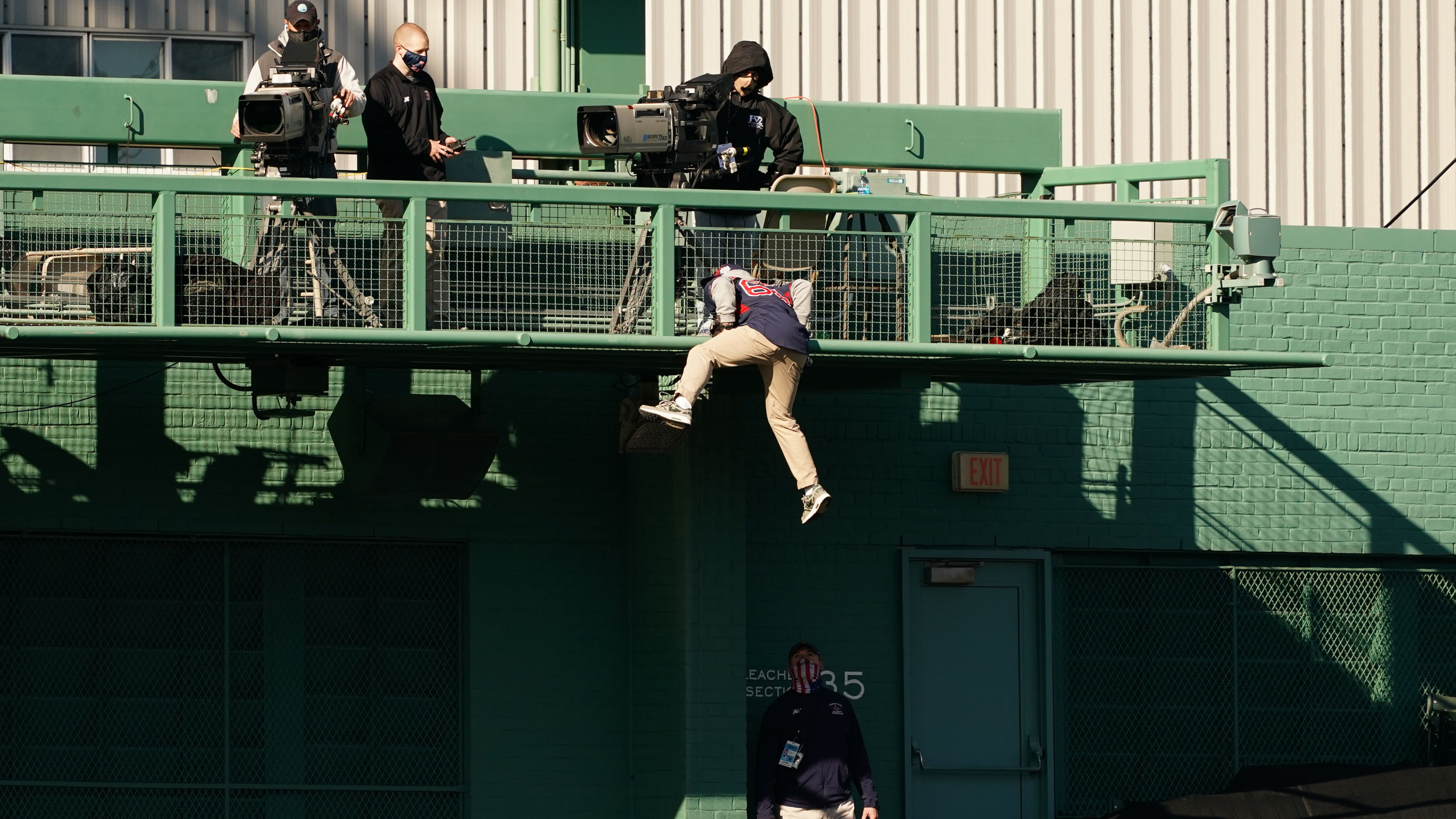 Fan causes bizarre scene at Red Sox-Yankees after scaling back of Green Monster