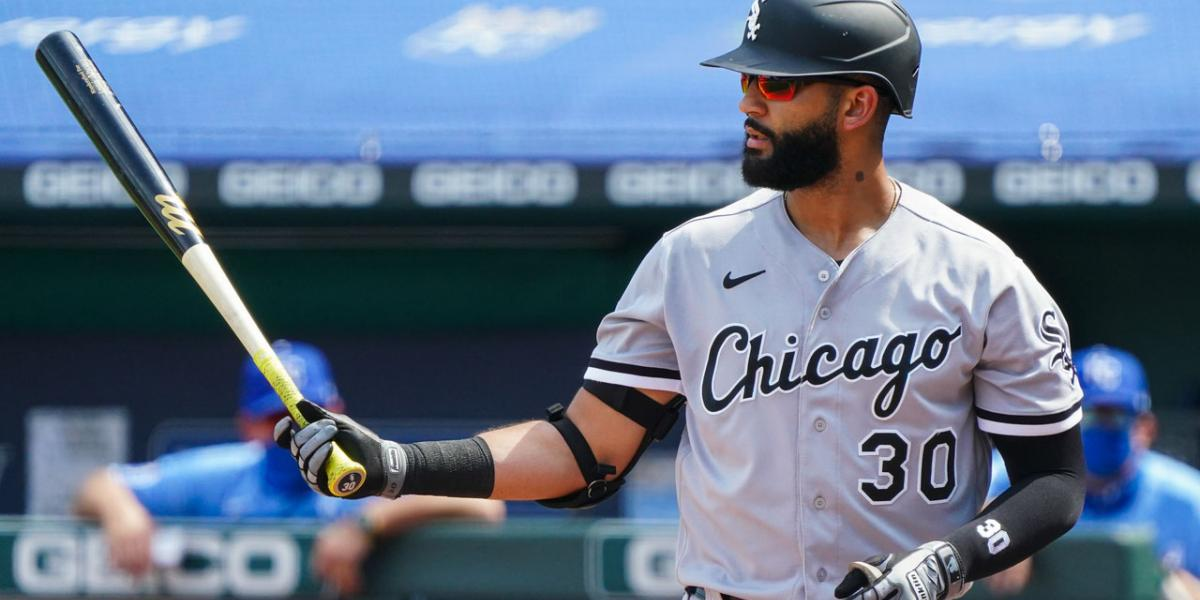 White Sox non-tender Nomar Mazara while searching for right-field fix