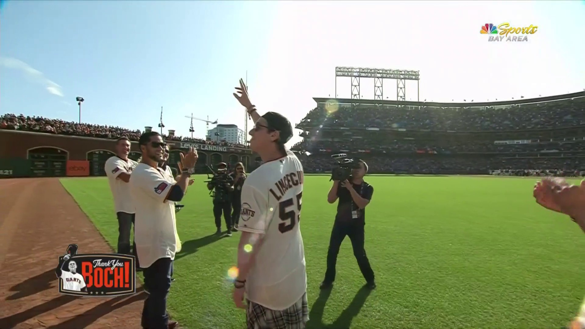 Tim Lincecum gets massive ovation, moment with Bruce Bochy in return