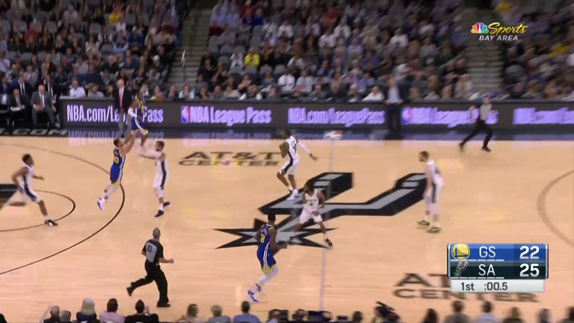 Steph Curry beats first quarter buzzer with banked-in 3-pointer vs. Spurs